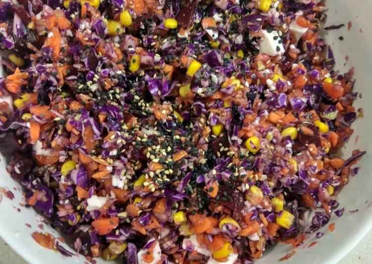Ensalada desintoxicante de col lombarda, zanahoria y remolacha