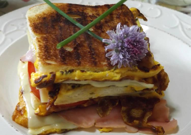 Sándwich triple calentito con tortilla de cebollinos