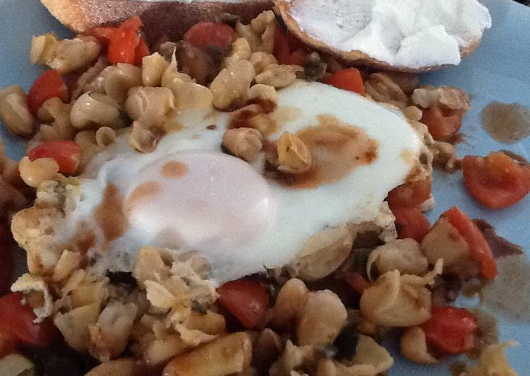 Popped breakfast beans w tomatoes and egg