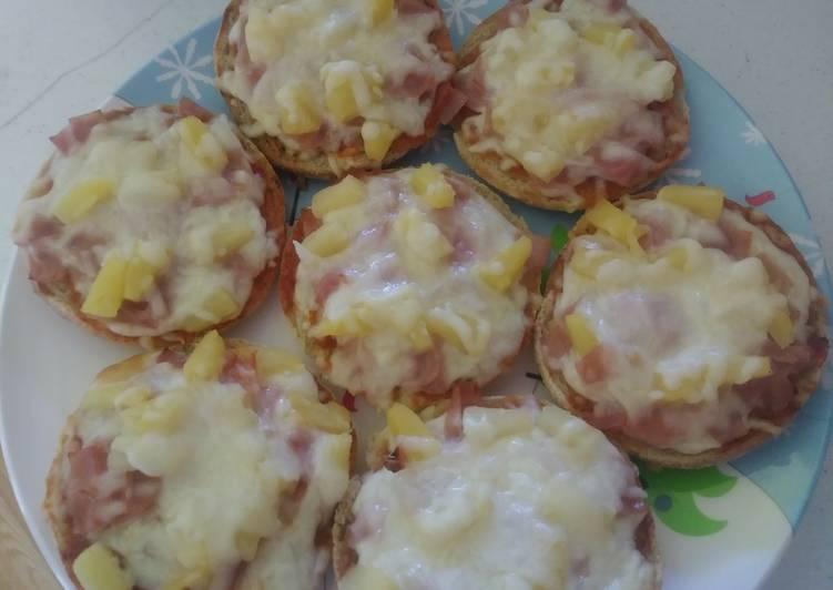 Mini pizzas de piña, jamón y queso