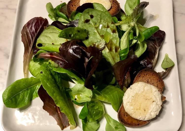 Salade avec toast de chèvre chaud/miel