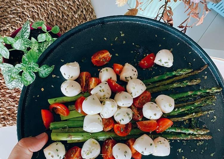 Espárragos verdes con cherrys y mozzarella