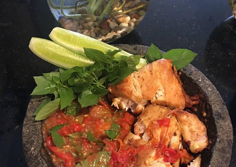Cara Membuat Ayam penyet sambal kemangi rumahan