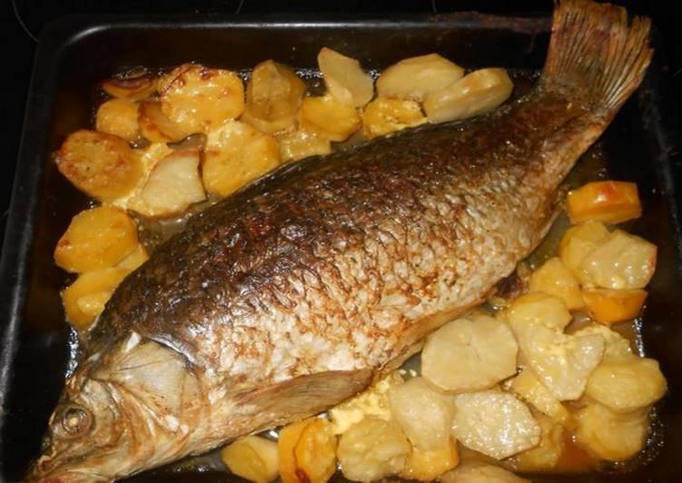 запеченный в духовке сазан с картофелем
