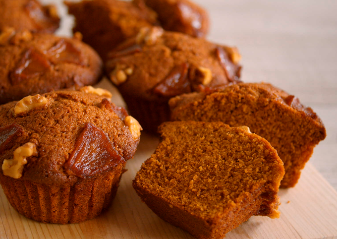 Caramel Muffins, Top with caramel apple and walnuts