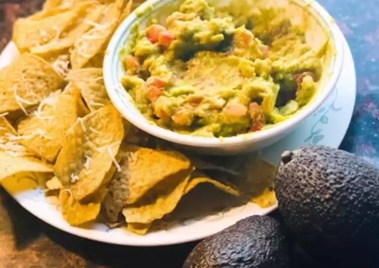 Guacamole salsa with nachos