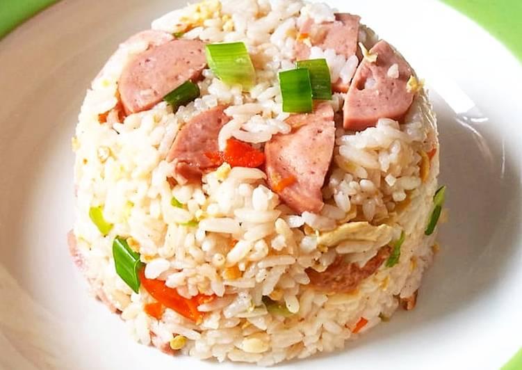 Bagaimana Menyiapkan Nasi goreng sosis versi putihan , Bisa Manjain Lidah