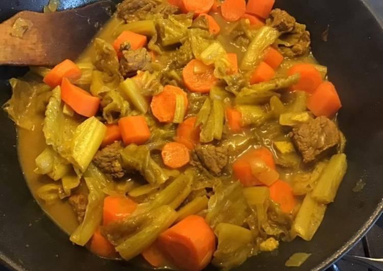 Comment Servir Sauté de bœuf aux carottes chou kale coriandre et curcuma