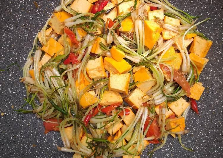 Cah bawang kucai pedas tahu gepeng oranye