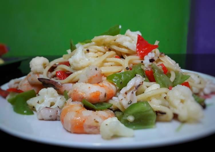 Seafood aglio olio spaghetti