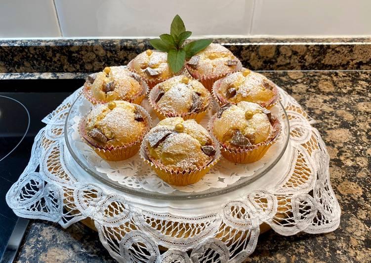 Muffins de mantequilla con trocitos de chocolate con leche