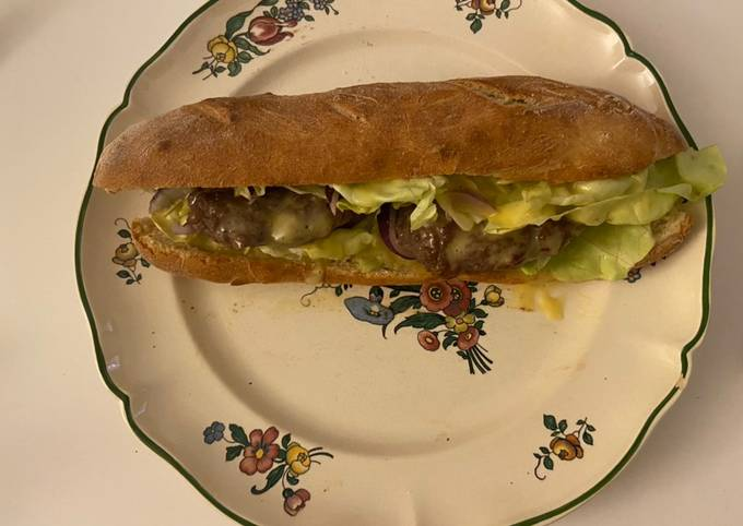 Pain maison avec 2 steak hachée et salade