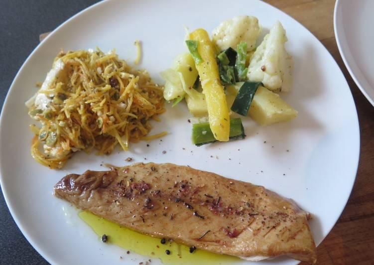 Julienne de légumes, salade fraîche et filets de maquereau