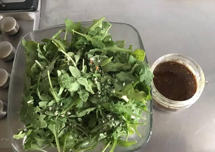 Comment Servir Salade de roquette aux fines herbes et sa sauce balsamique et huile de courge