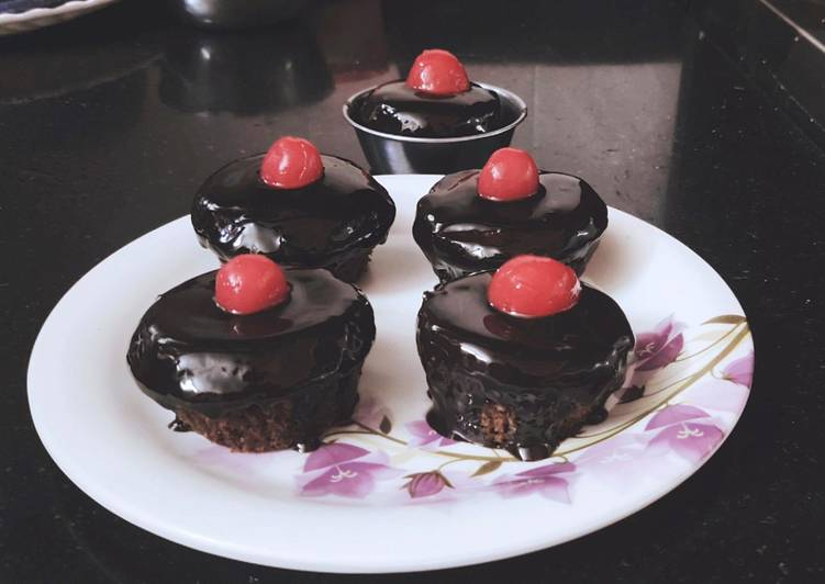 Chocolate cup cakes with chocolate ganache