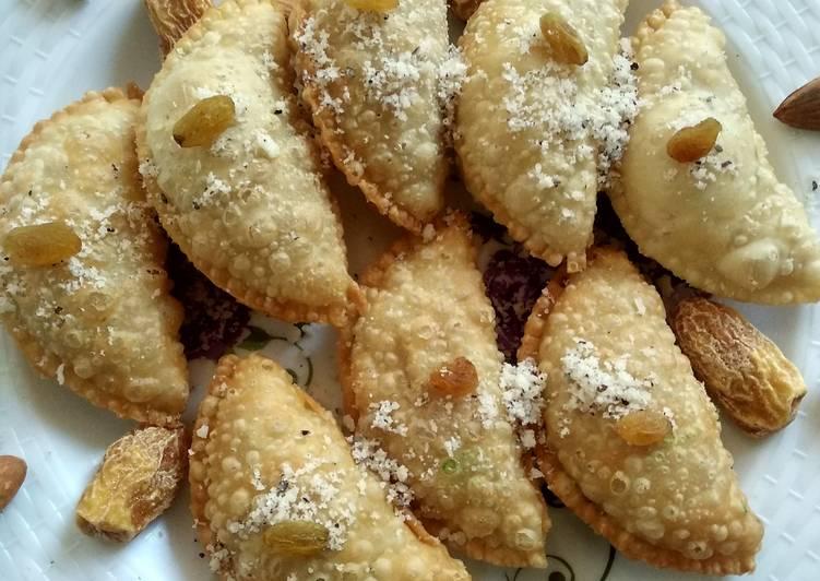 मावा गुझिया (Mawa gujiya recipe in Hindi) रेसिपी बनाने की विधि in Hindi by  Sarita Singh - Cookpad
