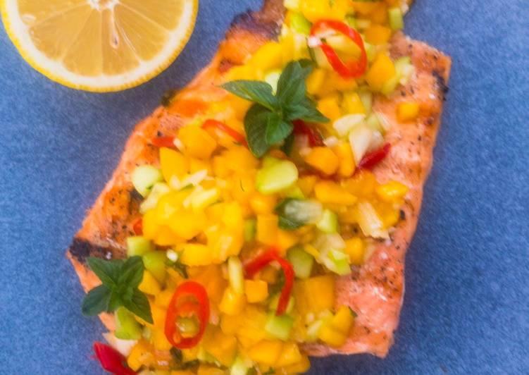 Recipe: Tasty Lachs-Filets gegrillt mit Mango-Minze-Salsa