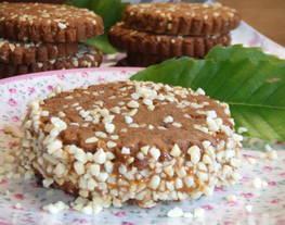 Galletas de cacao con almendras rellenas de dulce de leche