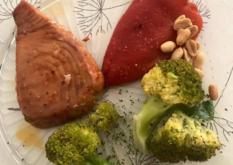 Filet du thon sauvage avec brocoli, poivron et cacahuète