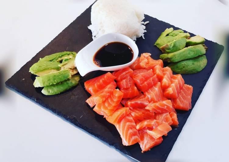 Sashimis de saumon ? avocat et riz blanc