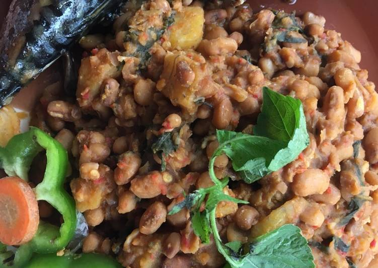 Beans and plantain porridge with sent leaf