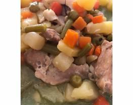 Traseros de pollo al ajillo con menestra de verduras
