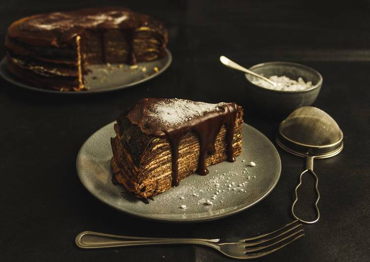 Cocoa Crêpe-Cake with the classic cheesecake filling