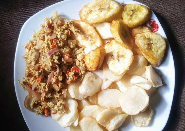 Chips with egg sauce