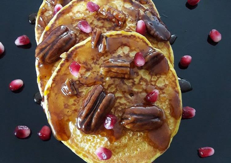 Pancakes à la courge, caramel de sirop d'érable aux noix de pécan