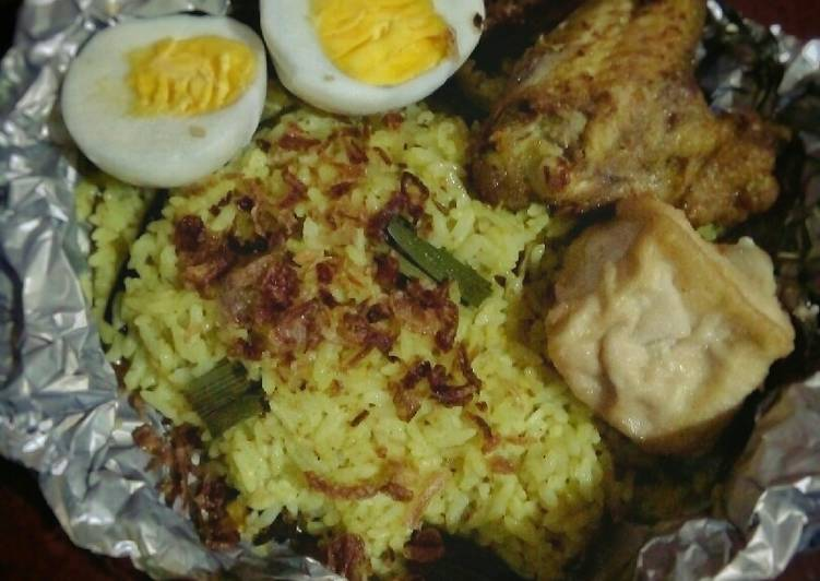 Nasi Kuning Simpel Bumbu Ayam Ungkep