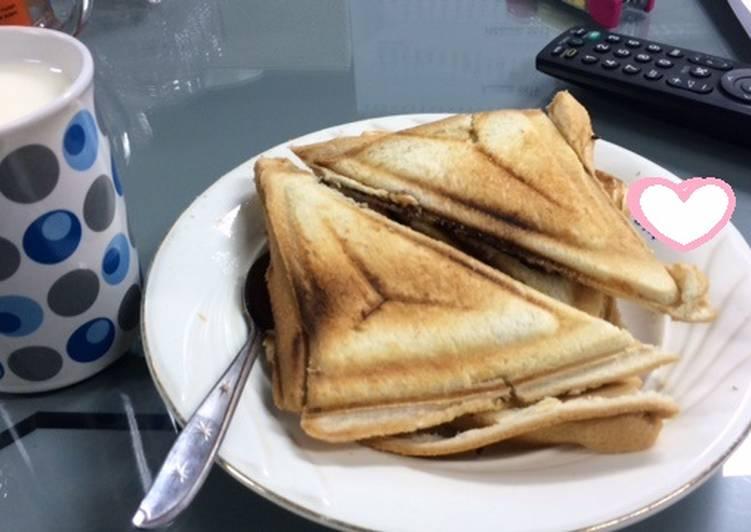 Roti Bakar Coklat Keju dan Susu Putih Hangat menu sarapanku