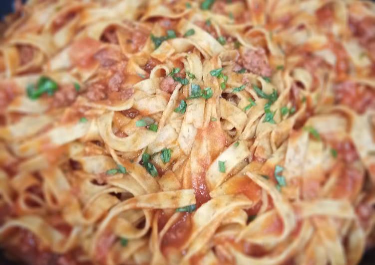Tagliatelles integrales con salsa bolognesa y albahaca