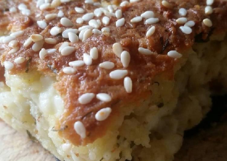 Feta-Käse-Kuchen mit Joghurt und Sesam