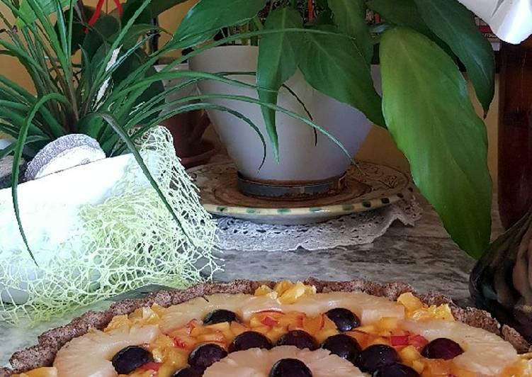 Crostata con farina di grano saraceno, crema pasticcera e frutta