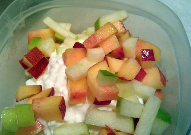 Cottage cheese and fruit cup