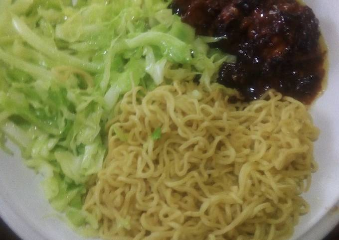Noodles, chicken and cabbage