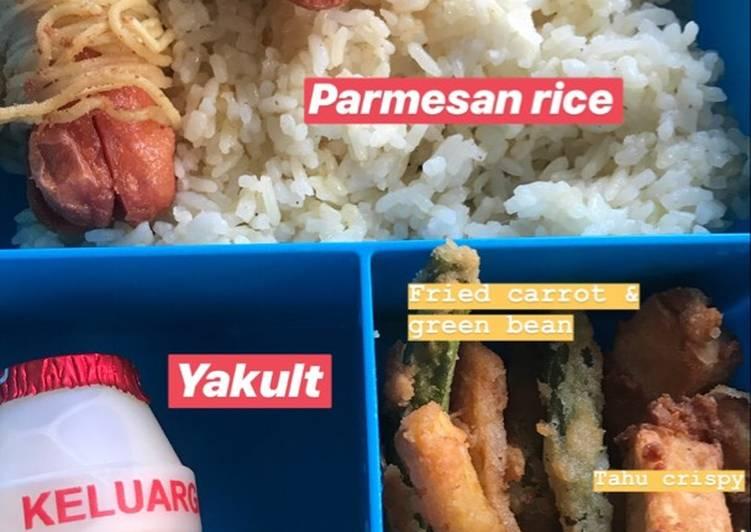 Bekal anak: parmesan rice, sosis mie, crispy veggie & tofu ❤️