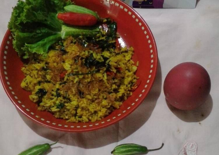 Nasi goreng daun mengkudu ikan asin peda