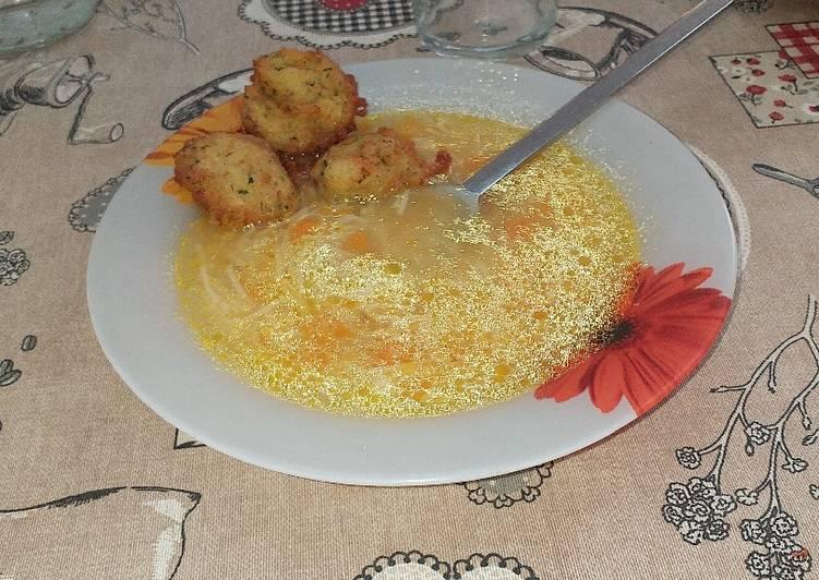 Sopa de pollo con bolitas crujientes de calabacín