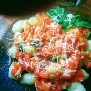 Ñoquis de papas con salsa de tomate natural a la albahaca
