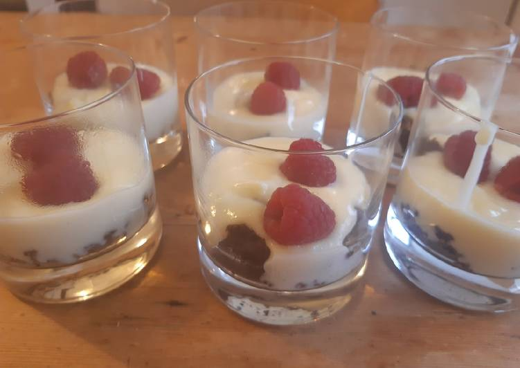 Pudding-Dessert mit Browniecrumble
