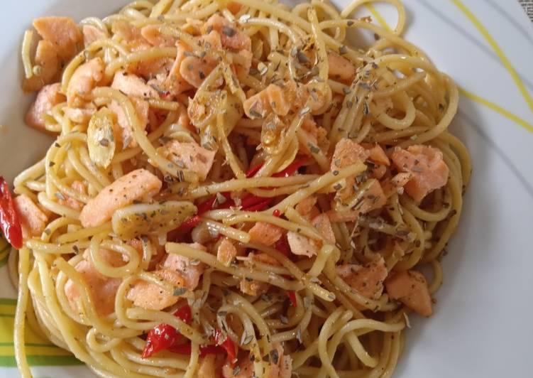 Spaghetti aglio oglio salmon