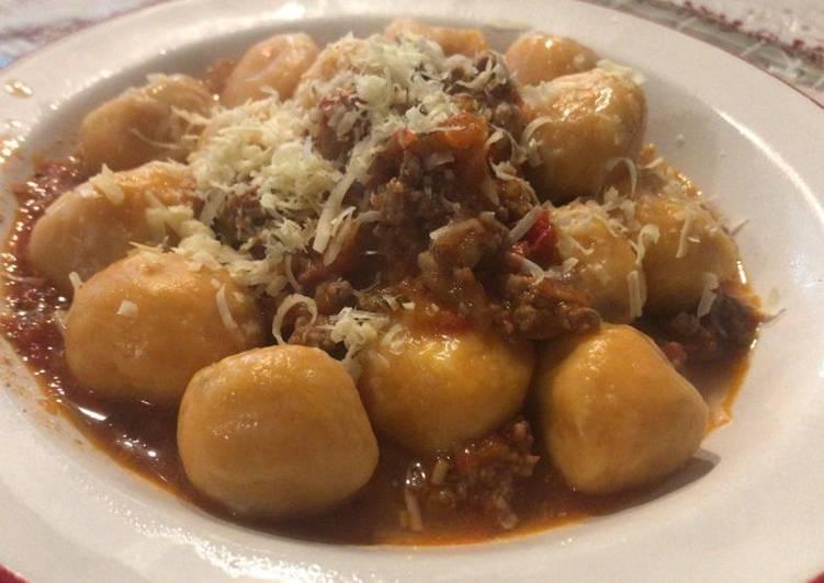 Ñoquis de batata rellenos con muzzarella y salsa bolognesa