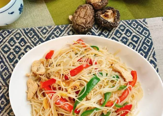 Shiitake powder adds the Umami taste - fried rice noodles with plenty of chicken