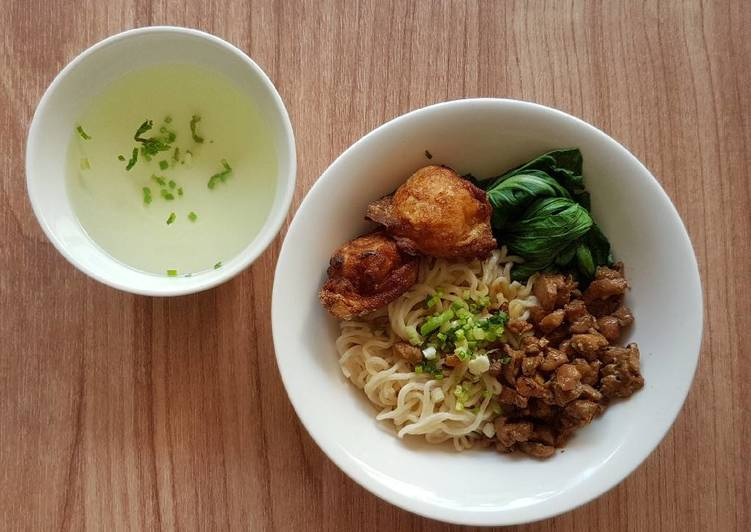 Recipe: Appetizing Egg Noodle With Chicken Pork Chunk And Fried Shrimp Dumplings