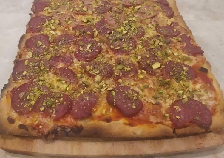 Pizza casera con pistachos