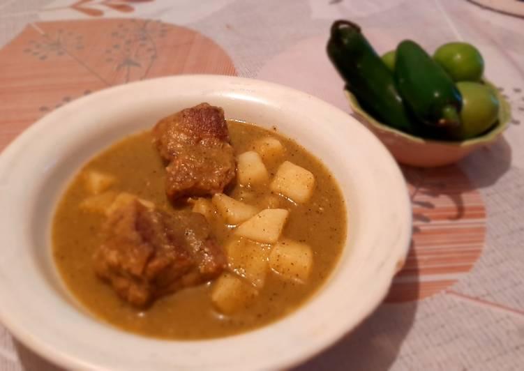 Costilla de cerdo en salsa verde asada con papas