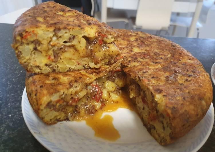 Tortilla de patata con morcilla y pimiento rojo