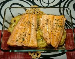 Salmón al horno con patatas y cebolla