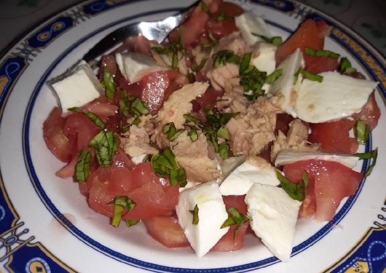 Ensalada de tomate, atún y mozzarella